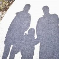 アスファルトに映る親子3人の影