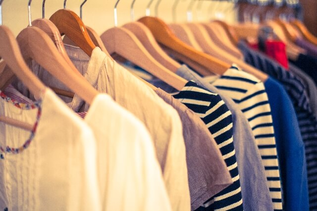 ハンガーにかけられたたくさんの洋服