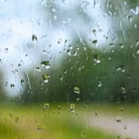 雨粒が映り込む窓