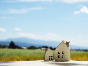 机の上に置かれた家の模型