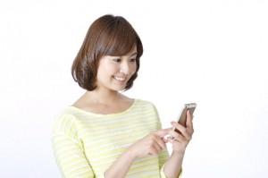 スマートフォンを操作する若い女性