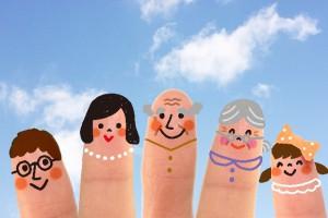 指に描かれた3世帯家族のイラスト
