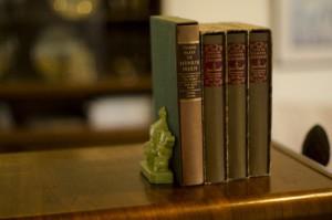 棚に整頓された4冊の洋書