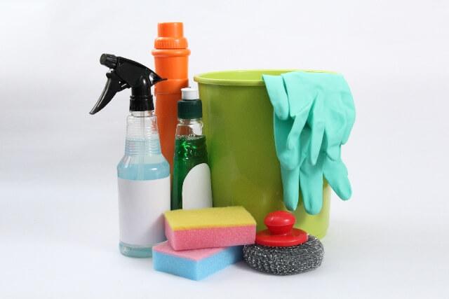清掃用品 洗剤ボトルとバケツ、スポンジ