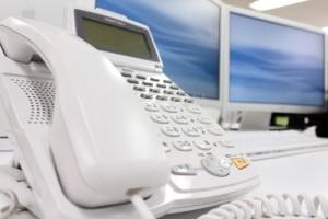 デスクの置かれた固定電話