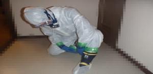 長靴を履く事件現場特殊清掃士