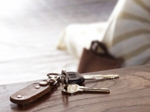 机の上に置かれた2本の鍵
