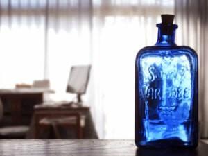 机の上に置かれた青色のビン