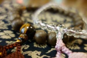 机に置かれた2つの数珠