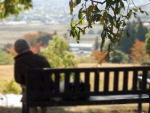 ベンチに座る年配の女性
