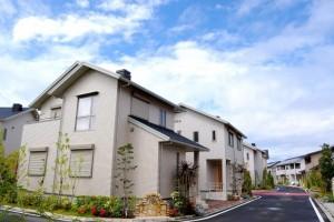 新興住宅地に並ぶ新築物件