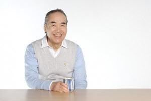湯呑を片手に微笑む年配の男性