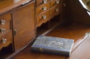 棚の上に置かれた1冊の本
