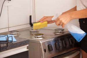 キッチンを清掃する従業員