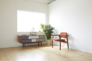 サイドボードとイスが置かれたきれいな部屋