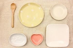 テーブルに置かれた四角や丸の形をした皿