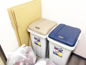 2つのゴミ箱と段ボール・袋ゴミ