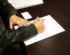 相続放棄の書類を書く男性