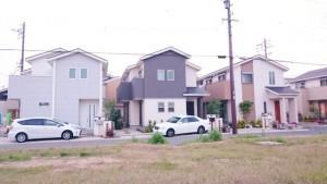 新興住宅地に並ぶ新築の一戸建て