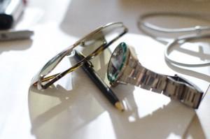 机に置かれた眼鏡と時計、鉛筆
