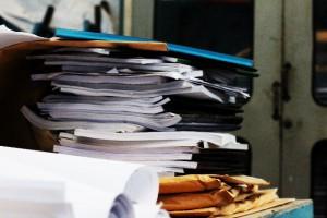 乱雑に積み上げられた本や書類