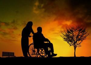 車いすを押す女性と座る年配男性