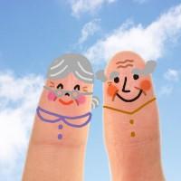 2本の指に描かれた老夫婦のイラスト