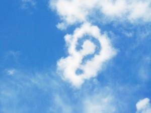 青空に浮かぶクエスチョンマークの形をした雲