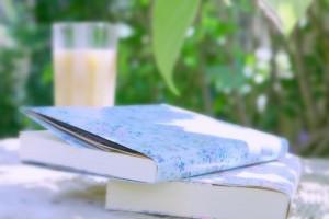 テラスに置かれたコーヒーと2冊の本