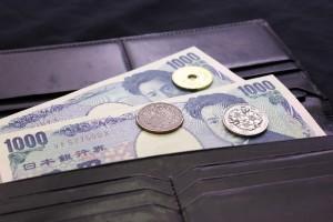 財布に入った千円札と小銭