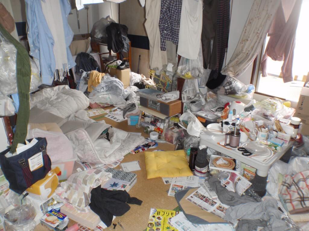 床が見えないほどゴミで散らかった部屋
