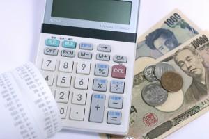 レシートと電卓、一万円・千円札と小銭