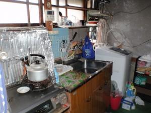 生活用品が並べられた遺品整理前のキッチン