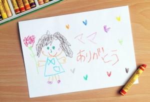 子どもがクレヨンで書いた母親の絵