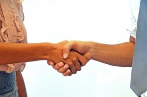 握手をするお客様とスタッフ