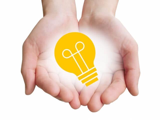 手のひらに描かれた電球
