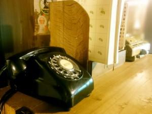 実家の机に置かれた黒電話
