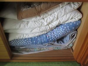 押入れにたくさん詰まった布団