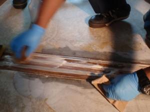 建具を特殊清掃する作業員