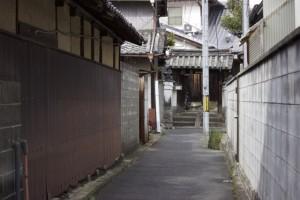 路地裏の狭い道
