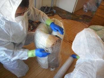 汚染物を梱包する特殊清掃員